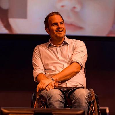 Een foto van dagvoorzitter Niek van den Adel tijdens een eerdere 'talk'